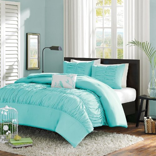 11 Cool Heavenly Blue Comforters For A Peaceful Bedroom
